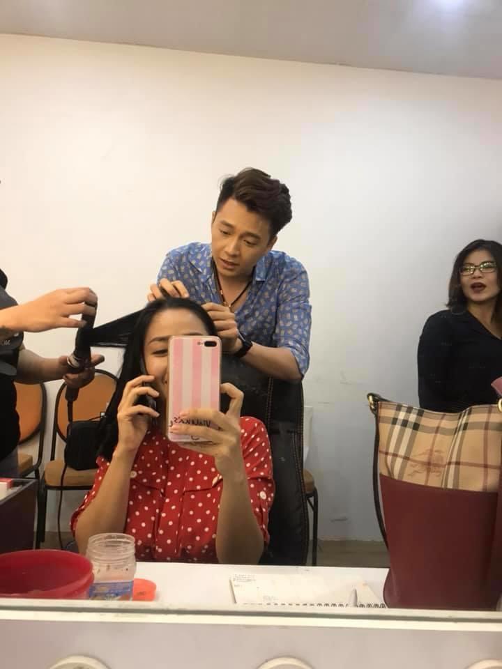 Ngô Kiến Huy cẩn thận tìm từng sợi tóc trắng để nhổ giúp chị - Ảnh: FBNV
