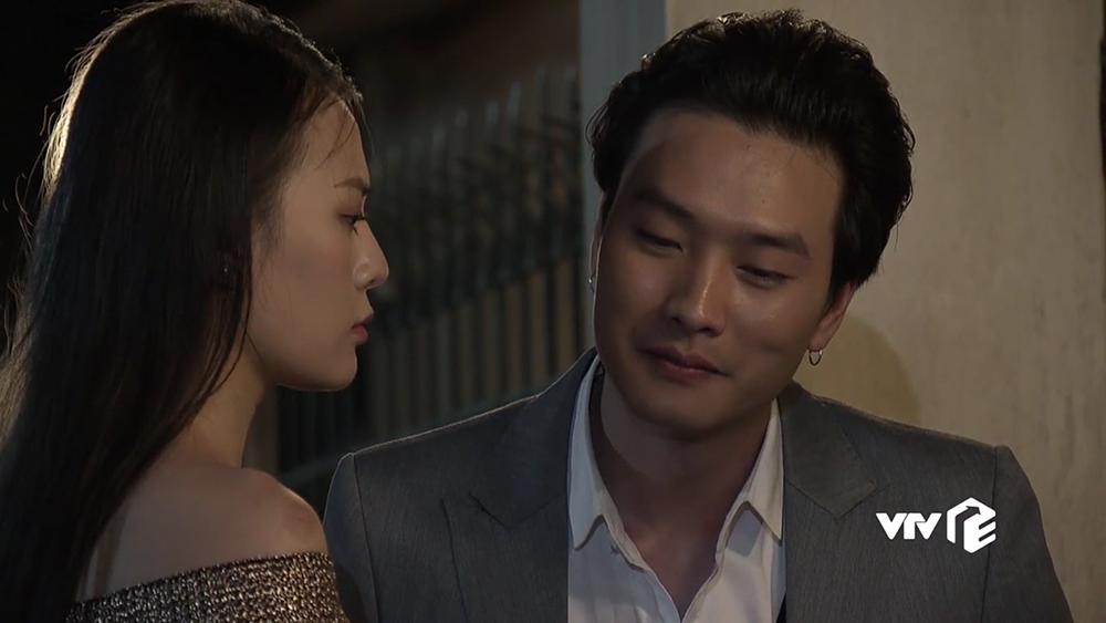 Sau khi gặp Quỳnh ở bữa ăn tiếp khách, Phong nhanh chóng tìm đến gặp Quỳnh