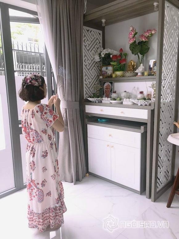 Mai Phương thắp nén hương lên ban thờ trong căn nhà mới của MC Ốc Thanh Vân
