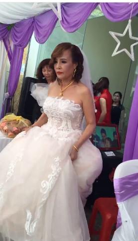 Cô dâu trong trang phục váy cưới.