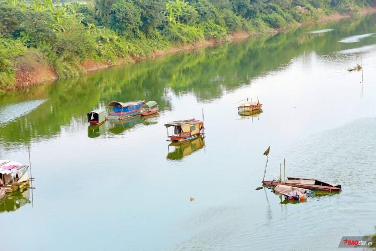 Khung cảnh thơ mộng dưới chân cầu Long Biên.