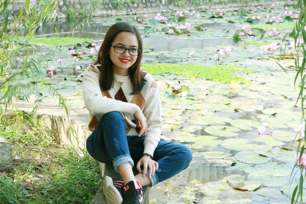Gốc cây liễu rủ bóng mát ở góc hồ là nơi các sinh viên trong trường ngồi nghỉ sau những giờ học căng thẳng.