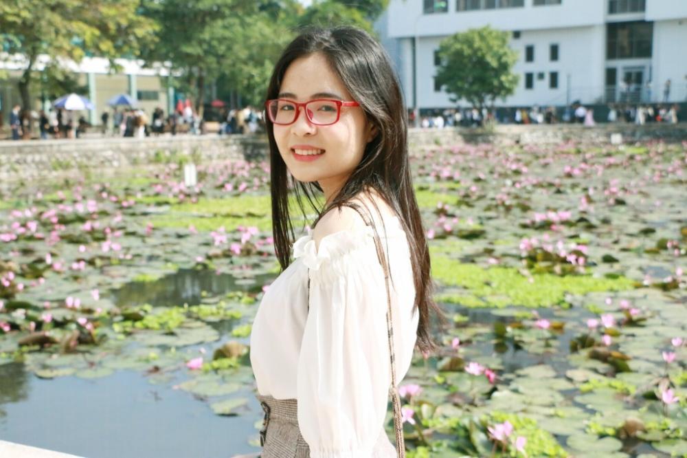 Nụ cười tỏa nắng bên sắc tím hồng của hoa súng hồ Tiền