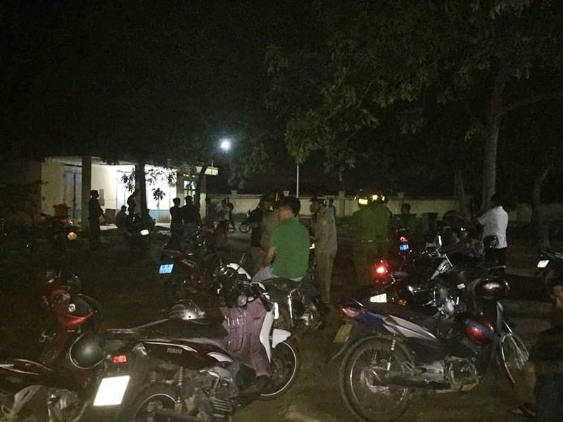 Lực lượng Công an huyện Tuy Phong phải tăng cường đến nhà x ác bệnh viện để bảo vệ an ninh.