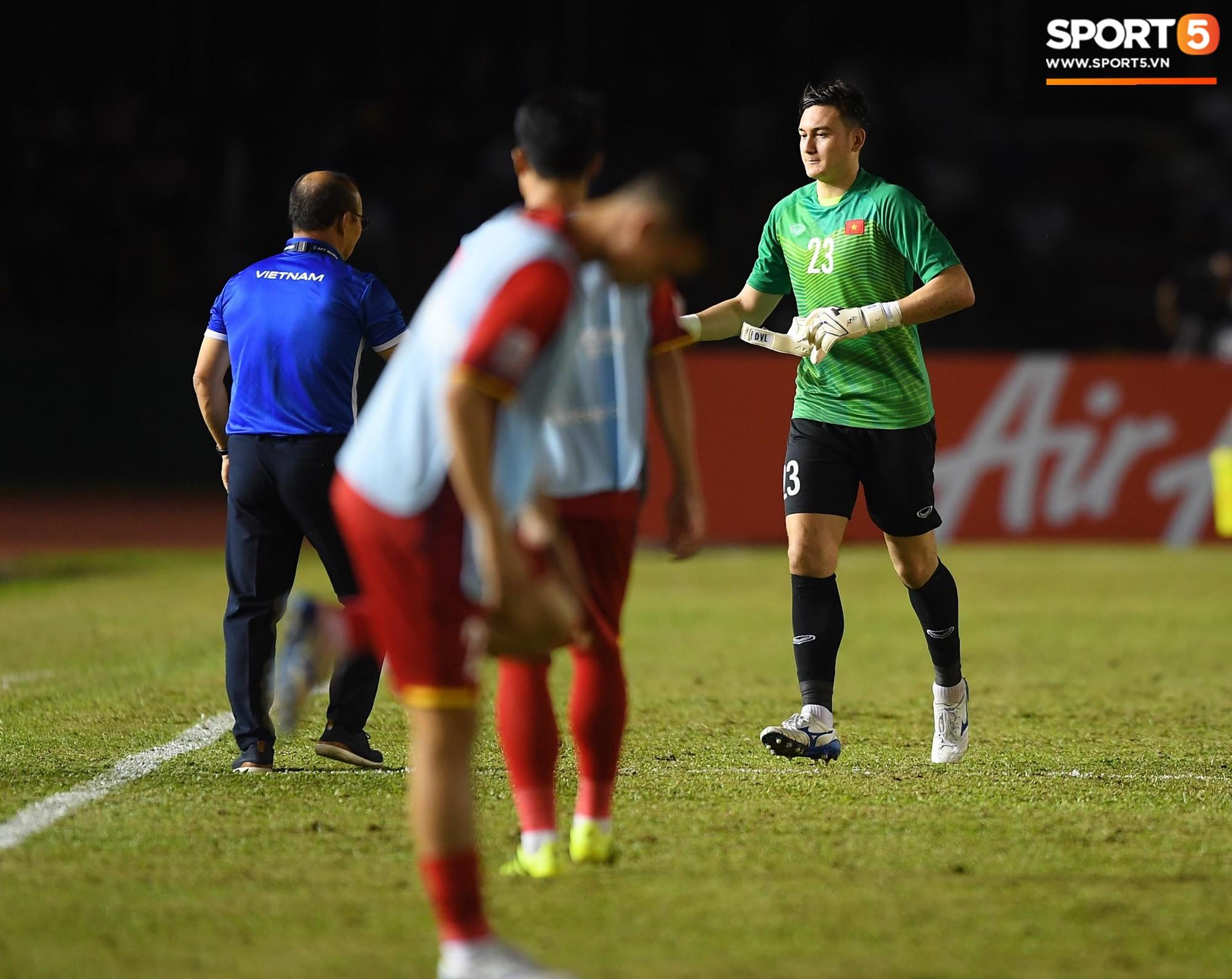 Văn Lâm và hàng thủ Việt Nam thi đấu rất chắc chắn tại AFF Cup 2018.