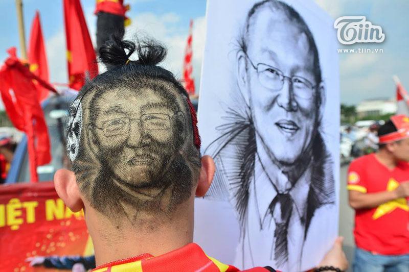 CĐV Nguyễn Hiệp Hòa tạo hình HLV Park Hang-seo lên tóc để cổ vũ đội tuyển Việt Nam. Ảnh: Khánh Huy.