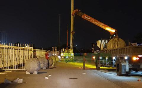 Công tác di rời các quả cầu bằng bê tông trước cửa khán đài B sân Mỹ Đình