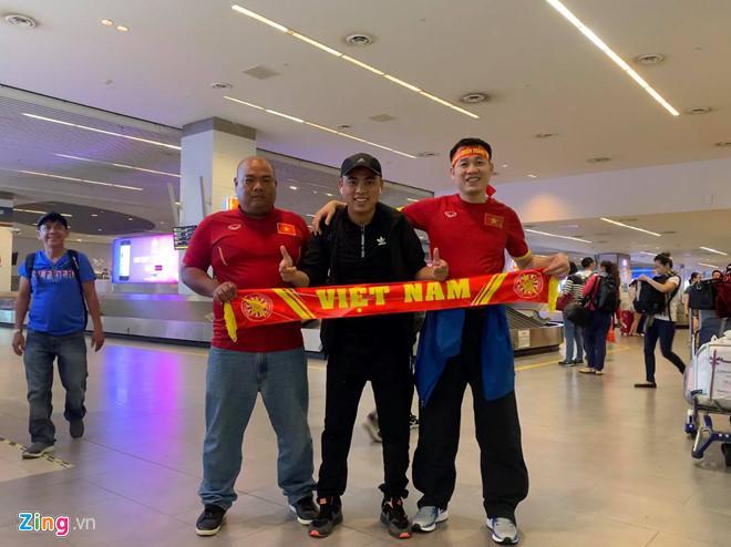 Anh Công Quyết (áo đen) và các CĐV Việt Nam khác tại sân bay quốc tế Kuala Lumpur tối qua - thời điểm trước khi xảy ra sự cố. Ảnh: FBNV.