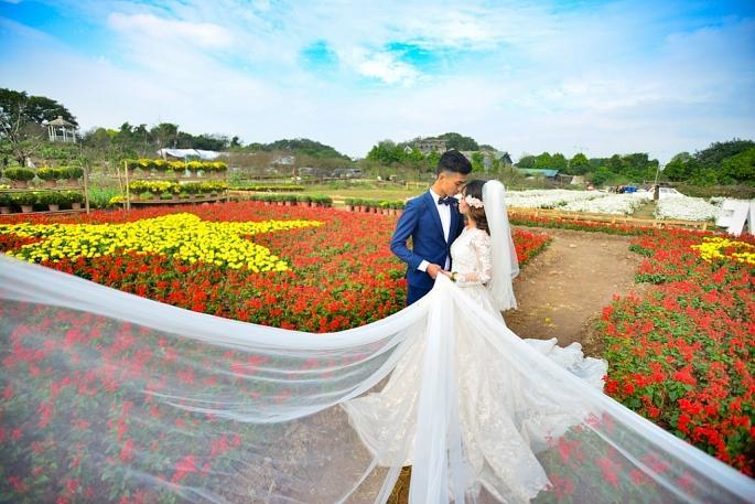 Ngay khi hoàn thiện, tấm bản đồ hoa này đã thu hút các bạn trẻ và cả các cặp đôi đang chụp ảnh cưới.