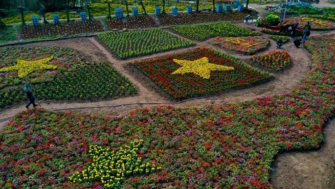 Sau khi tạo hình, các nhân công vẫn phải chăm sóc hoa hàng ngày để đảm bảo về độ tươi của hoa.