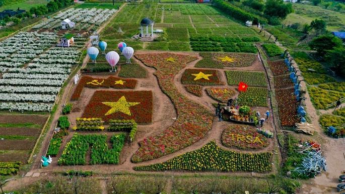 Theo anh Trương Thế Hùng (Chủ vườn hoa), tấm bản đồ này được làm từ hơn 20 loại hoa khác nhau và mất khoảng hơn 10 nhân công làm việc trong hơn 2 tháng.