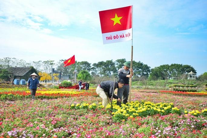 Những cột mốc của tấm bản đồ như thủ đô hà Nội, quần đảo Trường Sa, Hoàng Sa... được cắm mốc bằng những lá cờ kèm tên địa danh.
