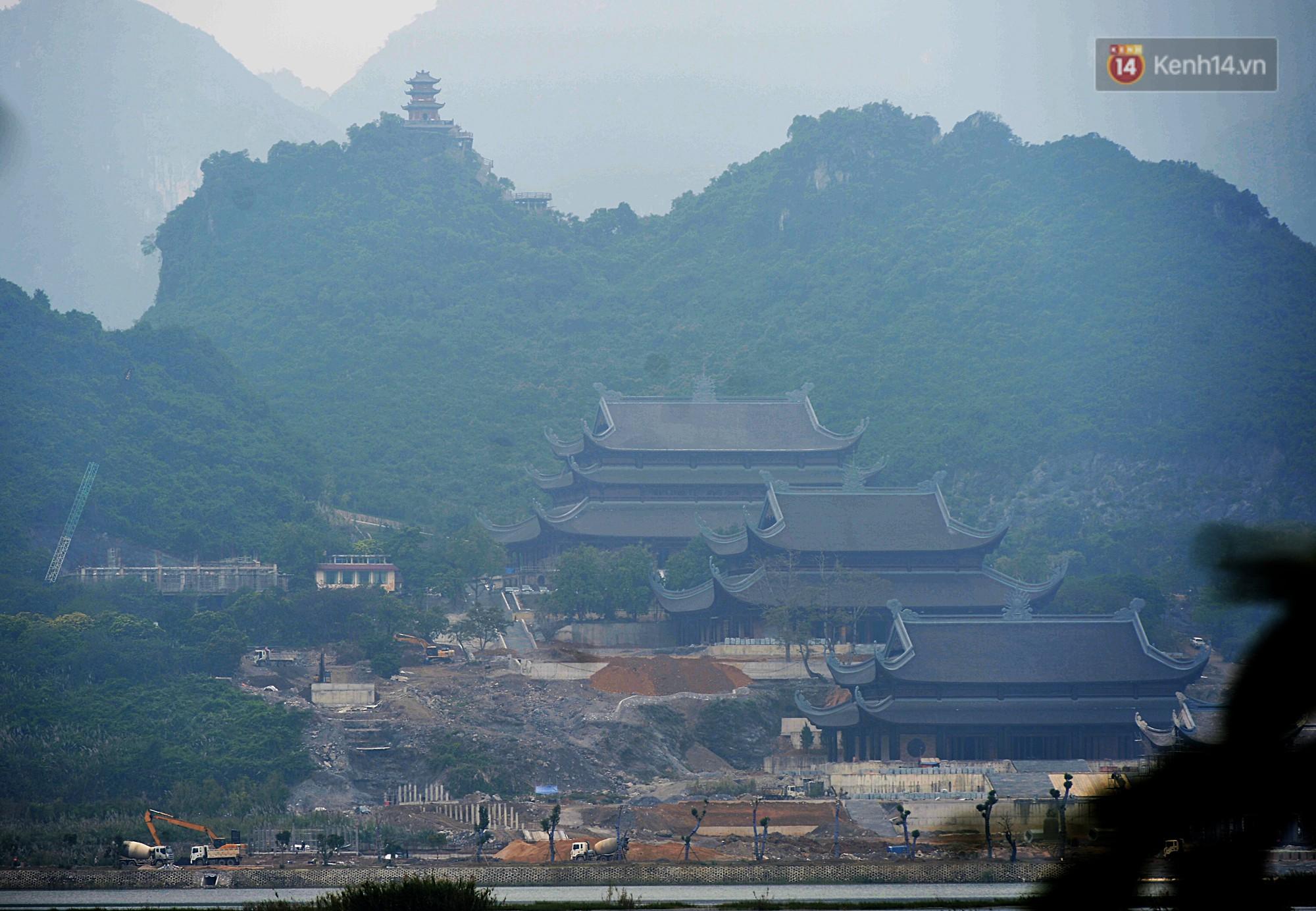 Được nhà nước công nhận là Khu du lịch quốc gia năm 2013, quần thể chùa Tam Chúc có tổng diện tích gần 5.000ha bao gồm hồ nước, núi đá rừng tự nhiên và các thung lũng.