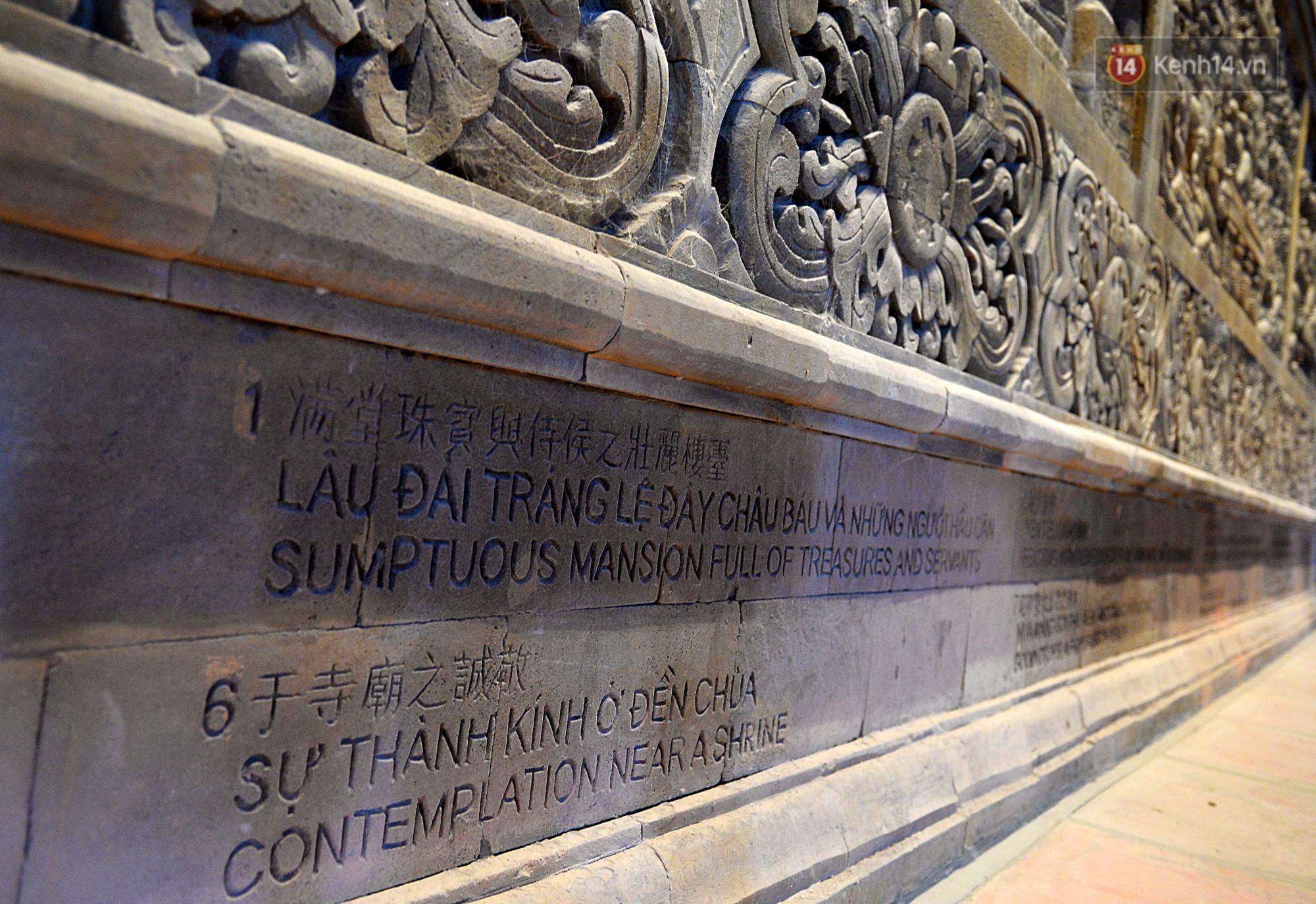 Phía chân tường đều có những dòng chú thích cho những bức tranh đặc biệt này bằng 3 thứ tiếng.