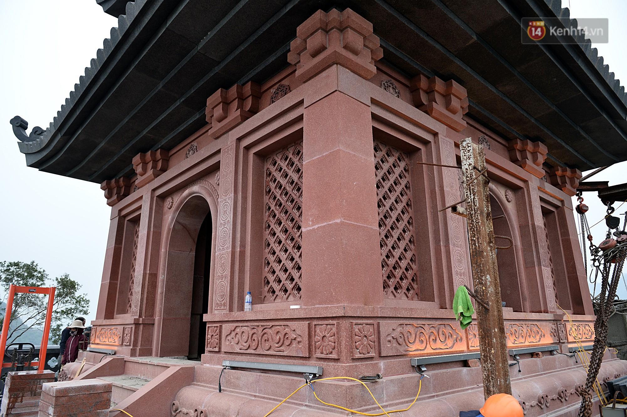 Bảo tháp được xây dựng từ những phiến đá lớn, ghép vào nhau. Từ xa du khách có thể chiêm bái và cảm nhận màu sắc thay đổi theo tùy thời điểm.