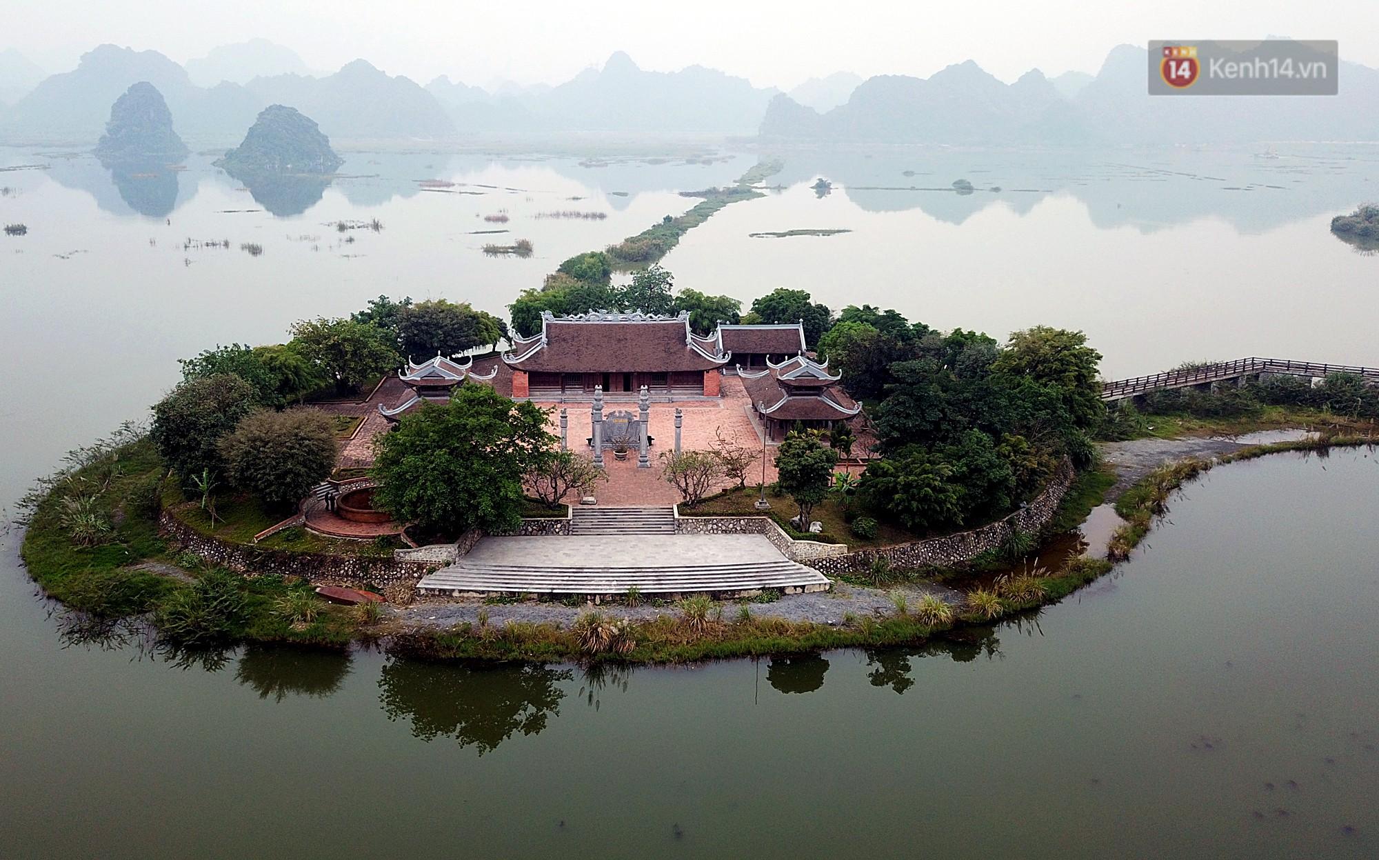 Hồ Tam Chúc còn có tên gọi khác là Lục Nhạc do có 6 ngọn núi đá mọc lên từ hồ trên diện tích hơn 600ha.
