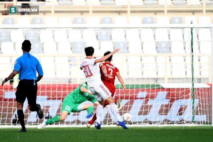 Sardar Azmoun tung cú sút nâng tỷ số lên 2-0.