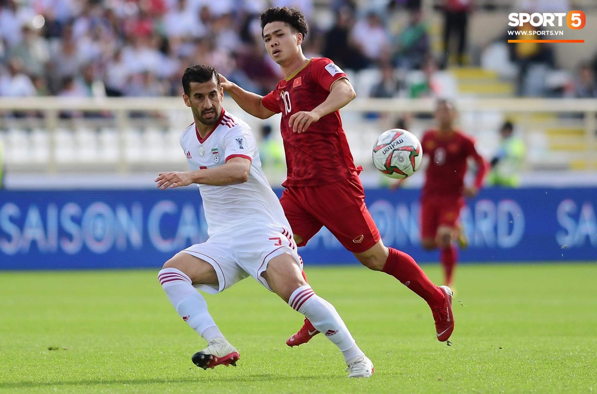Phút 52, Công Phượng đối mặt với Alireza Beiranvand nhưng cú dứt điểm của Phượng lại không đủ khó để đánh bại thủ thành tuyển Iran.