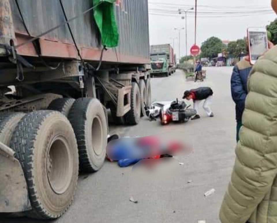 Tự ngã xuống khi chuẩn bị sang đường, đôi vợ chồng bị xe container cán t ử vong tại chỗ