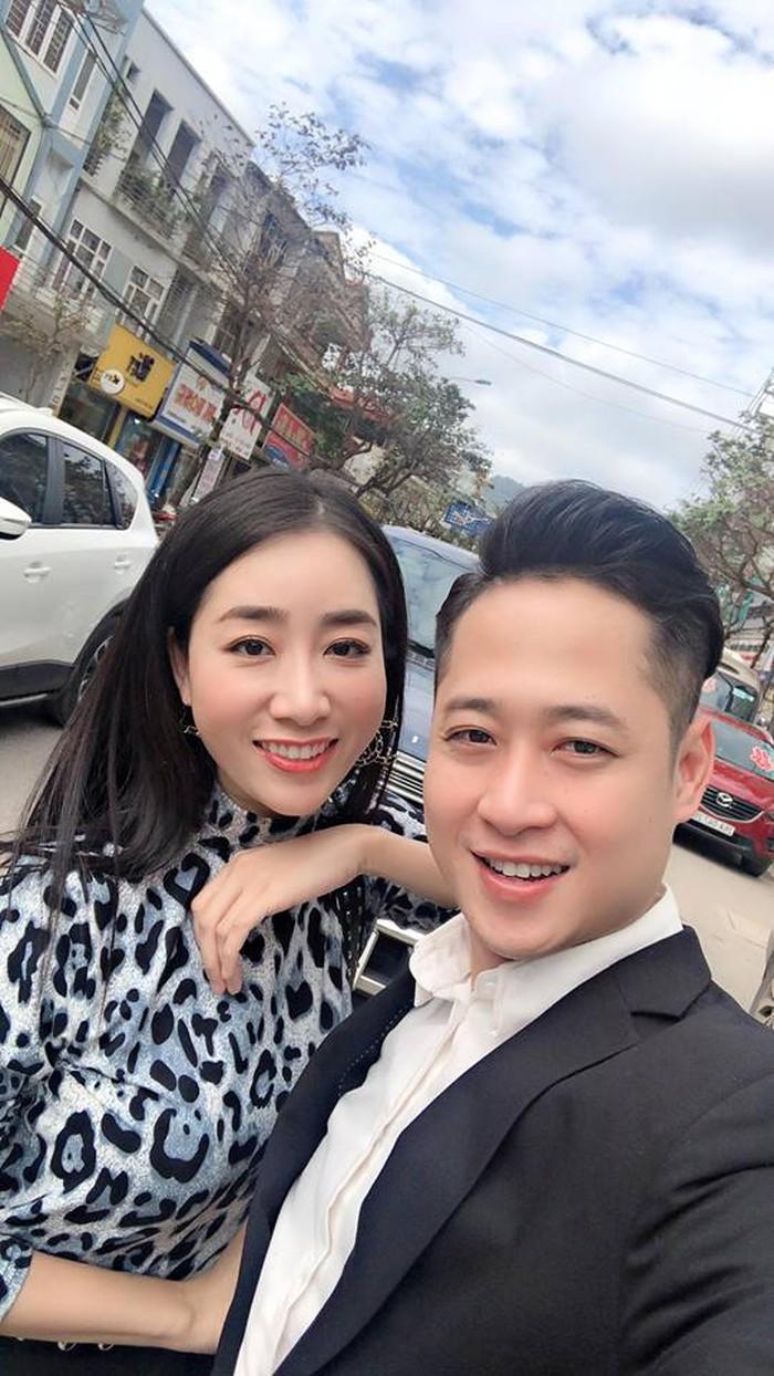 Nam diễn viên Duy Hưng tranh thủ ghi lại khoảnh khắc đáng nhớ trong ngày hạnh phúc của