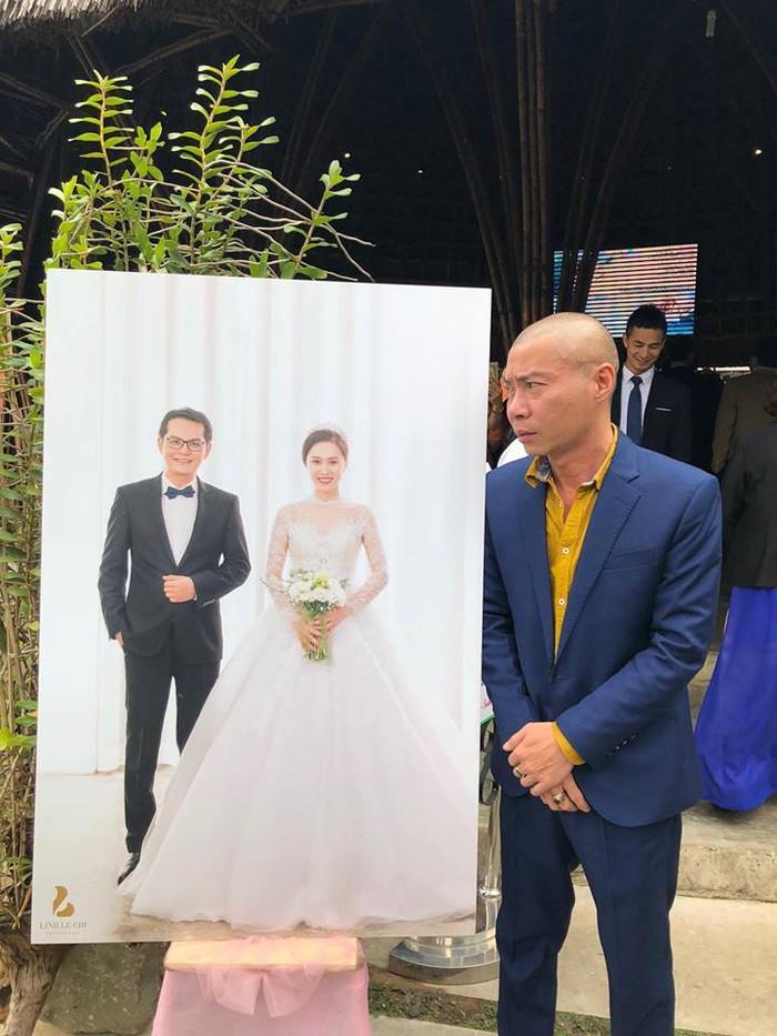 Đám cưới của Trung Hiếu - Thu Hà có khá đông anh chị em nghệ sĩ thân thiết. Trong ảnh là khoảnh khắc hài hước NSƯT Công Lý đang