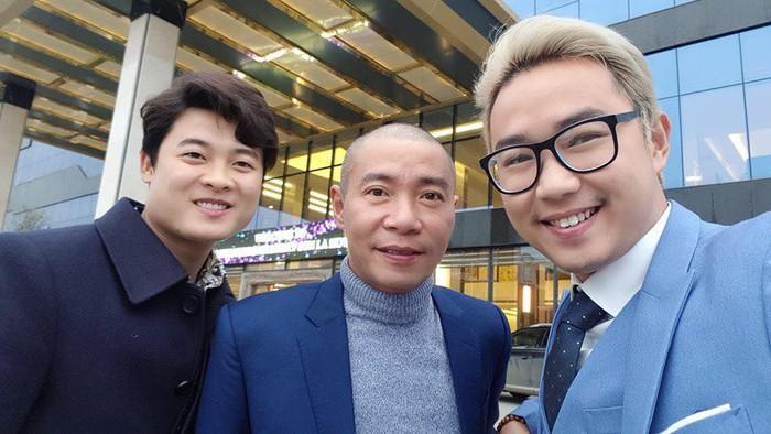 Diễn viên Minh Tít (đeo kính), cùng NSƯT Công Lý háo hức diện vest chỉn chu di chuyển đến nhà gái cùng Trung Hiếu.