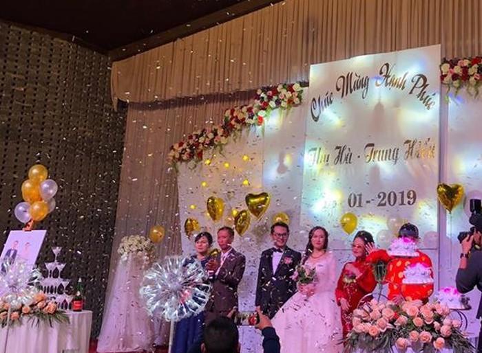 Tiệc cưới của cặp trai tài gái sắc được tổ chức trong một không gian ấm cúng với sự góp mặt của gia đình hai bên, đồng nghiệp, bạn bè thân thiết.