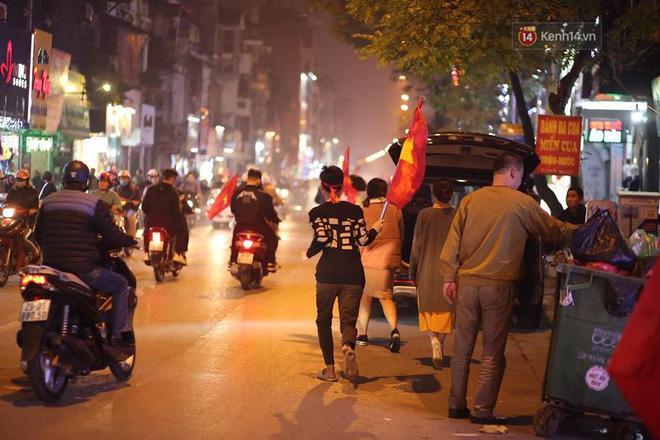Nhiều người đổ ra đường, hò reo ăn mừng chiến thắng của các cầu thủ nước nhà. Ảnh: Việt Anh.