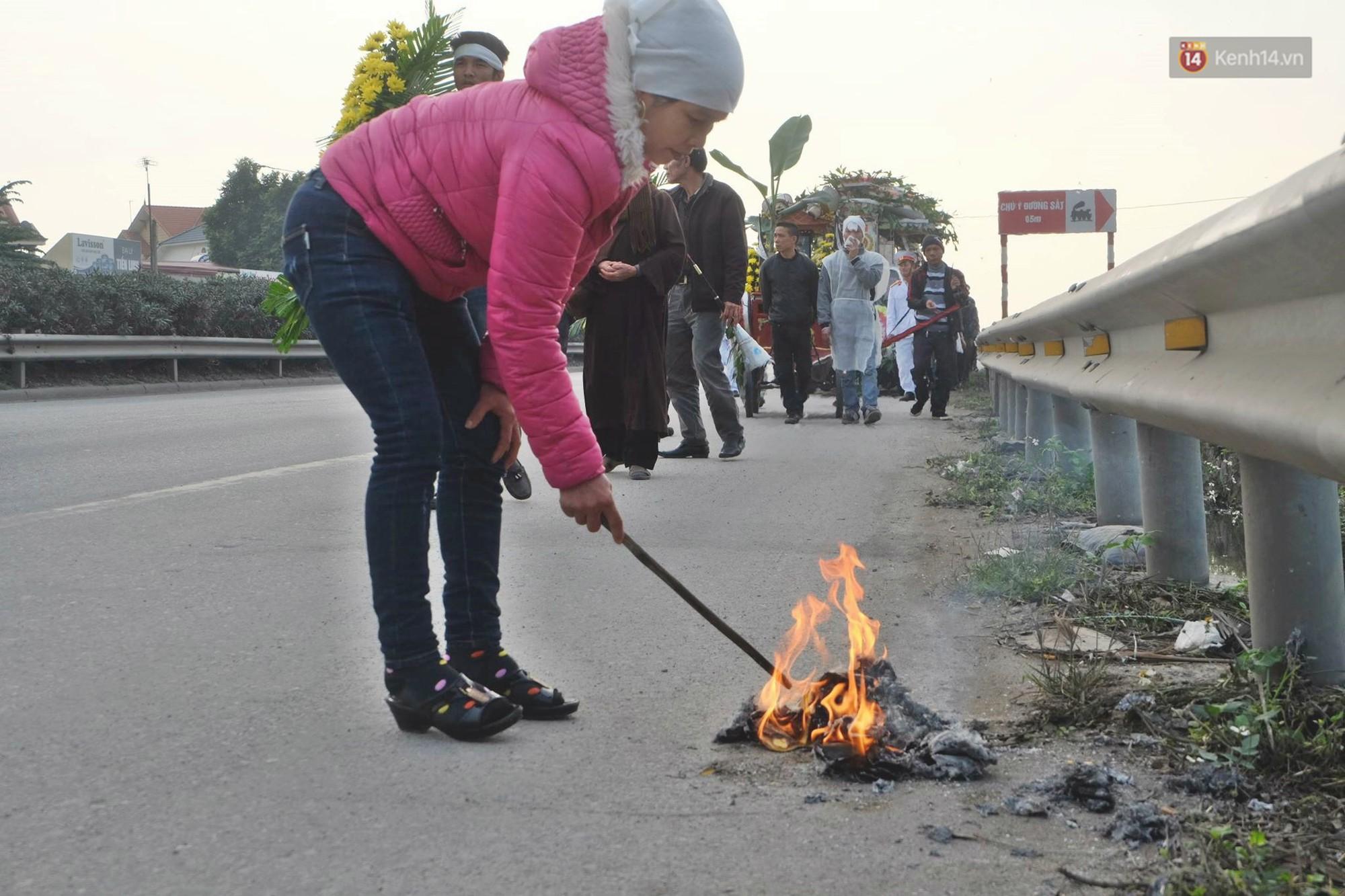 Người dân đốt vàng mã trên đường theo phong tục.