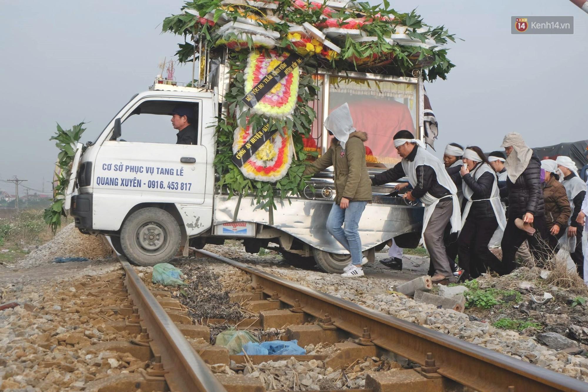 Chiếc xe tang chở quan tài ra nghĩa trang