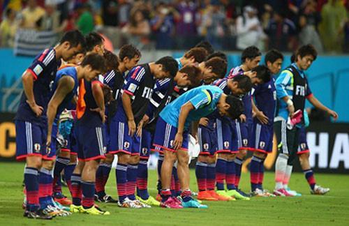 Các cầu thủ Nhật Bản phải cúi đầu xin lỗi người hâm mộ dù thất bại ở sân chơi World Cup vốn chẳng có gì phải xấu hổ.