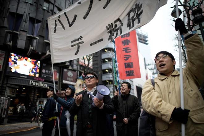 Nhóm thanh niên xuống phố Shibuya phản đối ngày Valentine (ảnh: Reuters)