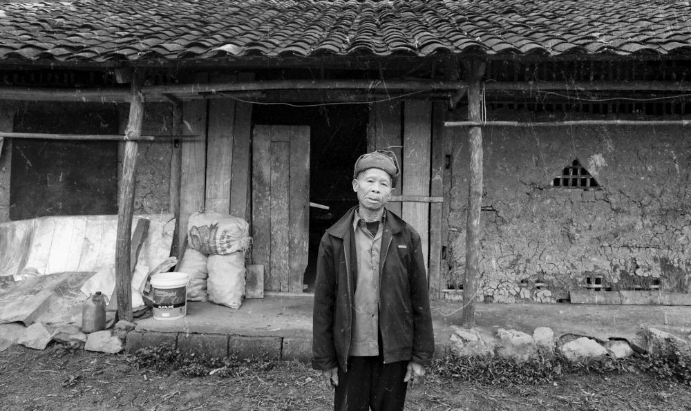 Ông Nông Văn Niêm trước căn nhà ở bản Nà Sác.