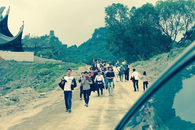 Dù chưa hoàn thiện song du khách vẫn nườm nượp đổ về chùa Tam Chúc để vãn cảnh cầu an. Ảnh: M.Đ