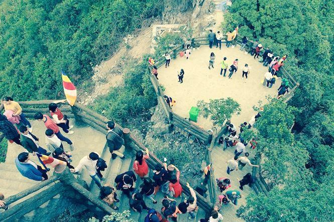 Hàng nghìn du khách khám phá các tiểu cảnh của ngôi chùa.