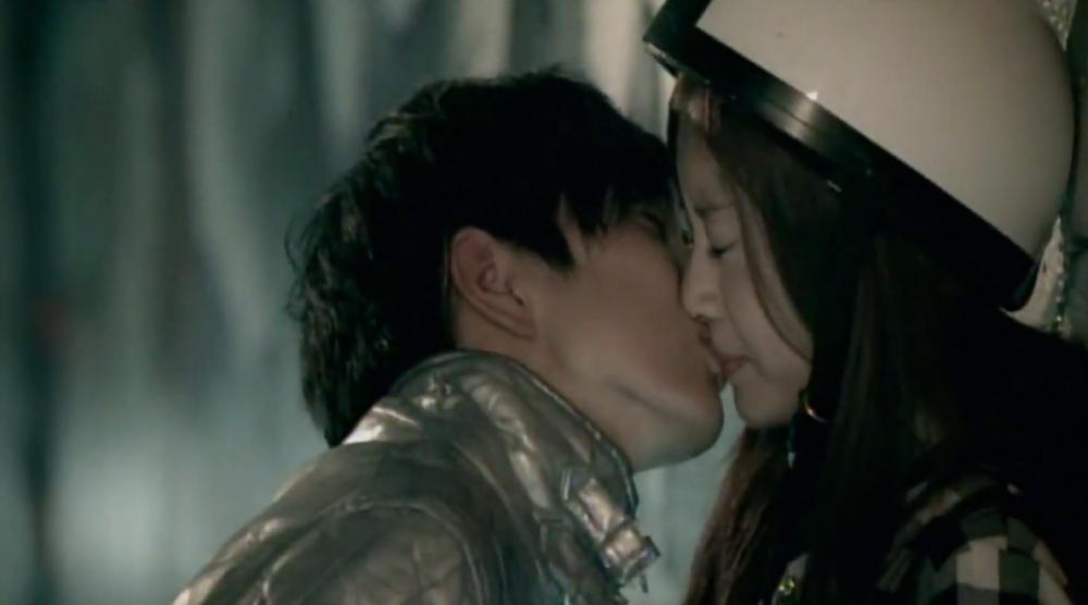 Nụ hôn bất ngờ của anh khiến em bất ngờ, bối rối và ...hạnh phúc- ảnh minh họa