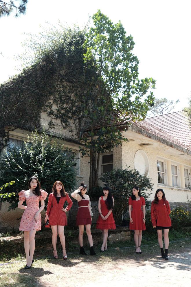 Thiếu nữ khoe ảnh nhà có 6 chị em gái, dân mạng lú vì không thể phân biệt được, đã vậy họ còn cùng tên!