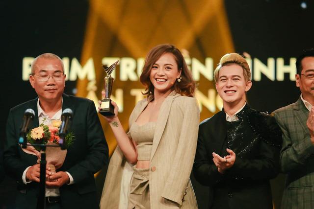 Thu Quỳnh và ê kíp Về nhà đi con trong khoảnh khắc nhận giải Phim truyền hình ấn tượng
