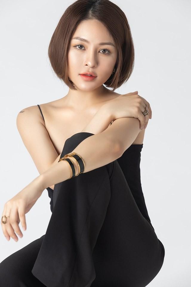Dường như Trâm Anh đang thay đổi hình ảnh từ 1 hot girl gợi cảm trở thành 1 quý cô trưởng thành, hiện đại nhưng không kém phần cuốn hút.