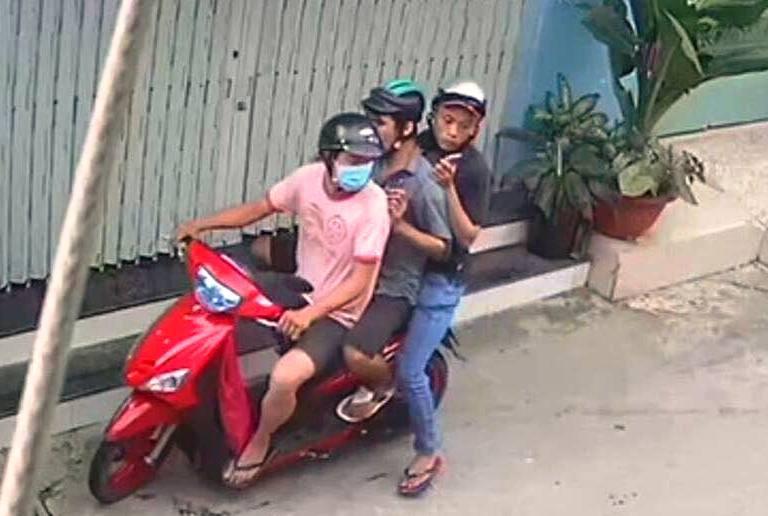 """3 đối tượng đi trên xe Yamaha Mio cướp túi hồ sơ chứa """"giấy báo tử"""" ở Sài Gòn. Ảnh:Cắt từ clip"""