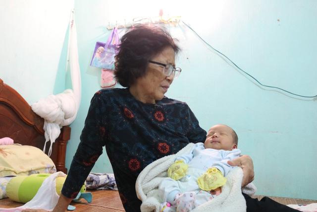 Bé Gia Hưng được bà ngoại chăm sóc