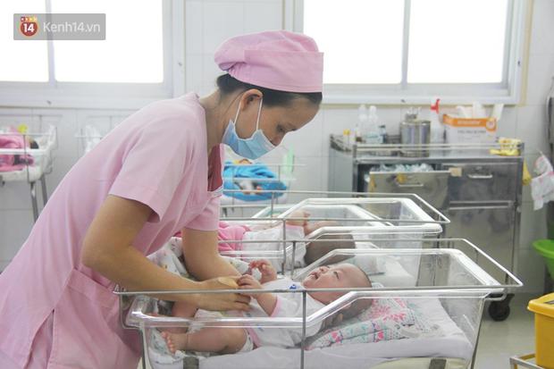 Những đứa trẻ bị bỏ rơi tại bệnh viện được các điều dưỡng chăm sóc tận tình.