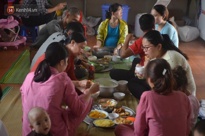 Để chăm sóc cho 56 đứa trẻ, những cô gái, người phụ nữ trong chùa Mục Đồng hằng ngày vẫn chịu rất nhiều vất vả.