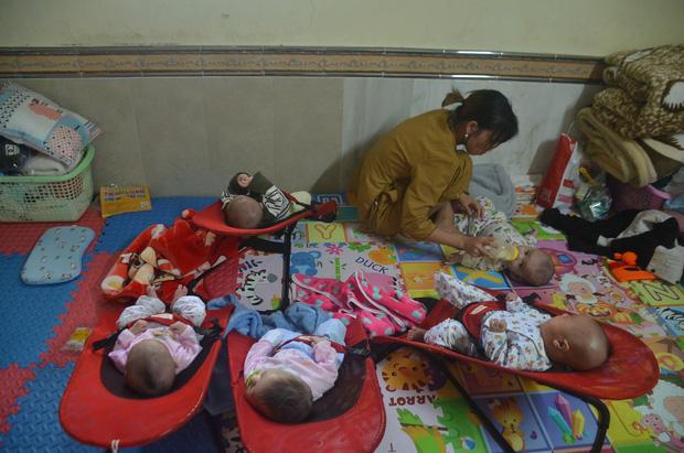 Những người tình nguyện làm mẹ của những cháu bé bị bỏ r.ơi trong chùa Mục Đồng.