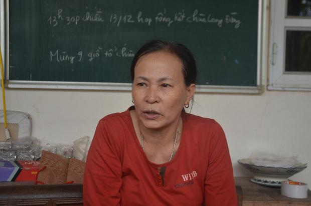 Bà The chia sẻ với PV về ngày tháng chăm các cháu nhỏ ở chùa Mục đồng.