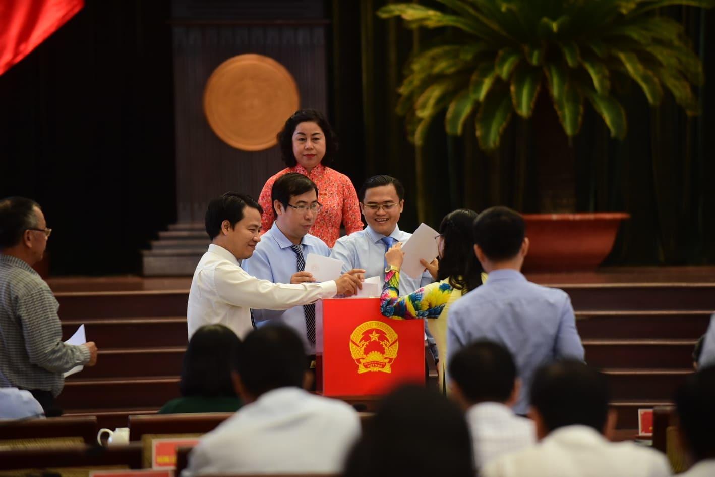 Các đại biểu HĐND bỏ phiếu bầu bổ sung 2 Phó chủ tịch UBND.TP.Ảnh: Thanh Tùng