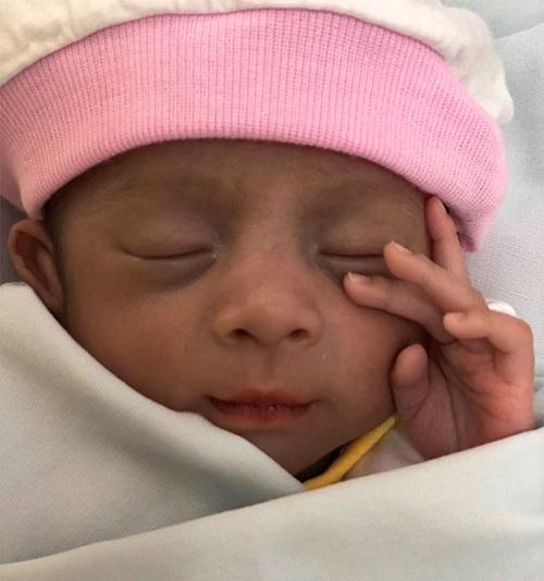 Bé gái sinh non bị bỏ rơi ở bệnh viện gần 2 tuần nay. Ảnh:BSCC
