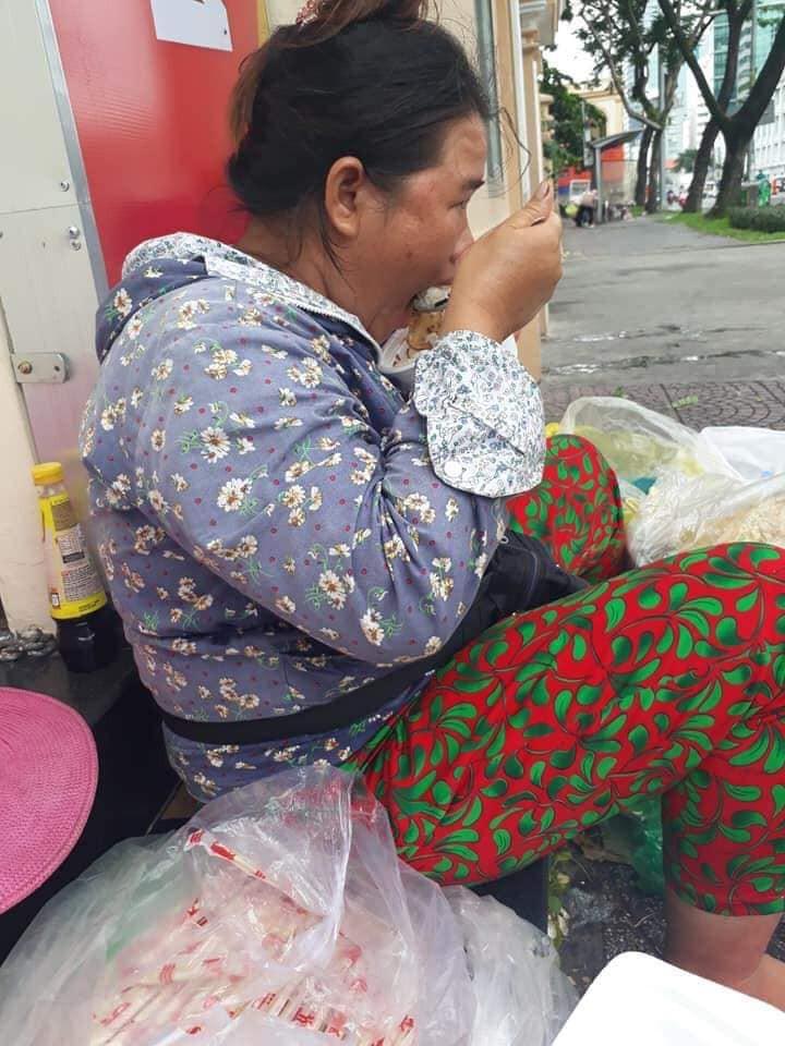 Chị bán hàng dễ thương ở cổng trường Nhân văn TP. HCM.