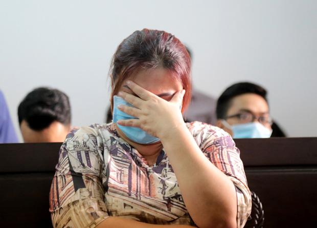 Mẹ bị cáo Phong. Theo nữ tiếp viên hàng không, gia đình bị cáo vẫn chưa hỏi thăm và bồi thường cho chị