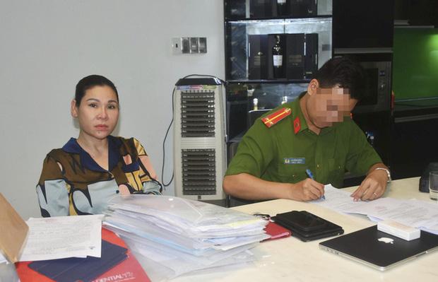 Cơ quan công an lập biên bản thu giữ tài liệu tại nhà Lâm Thị Thu Trà. Ảnh: Báo Bà Rịa - Vũng Tàu